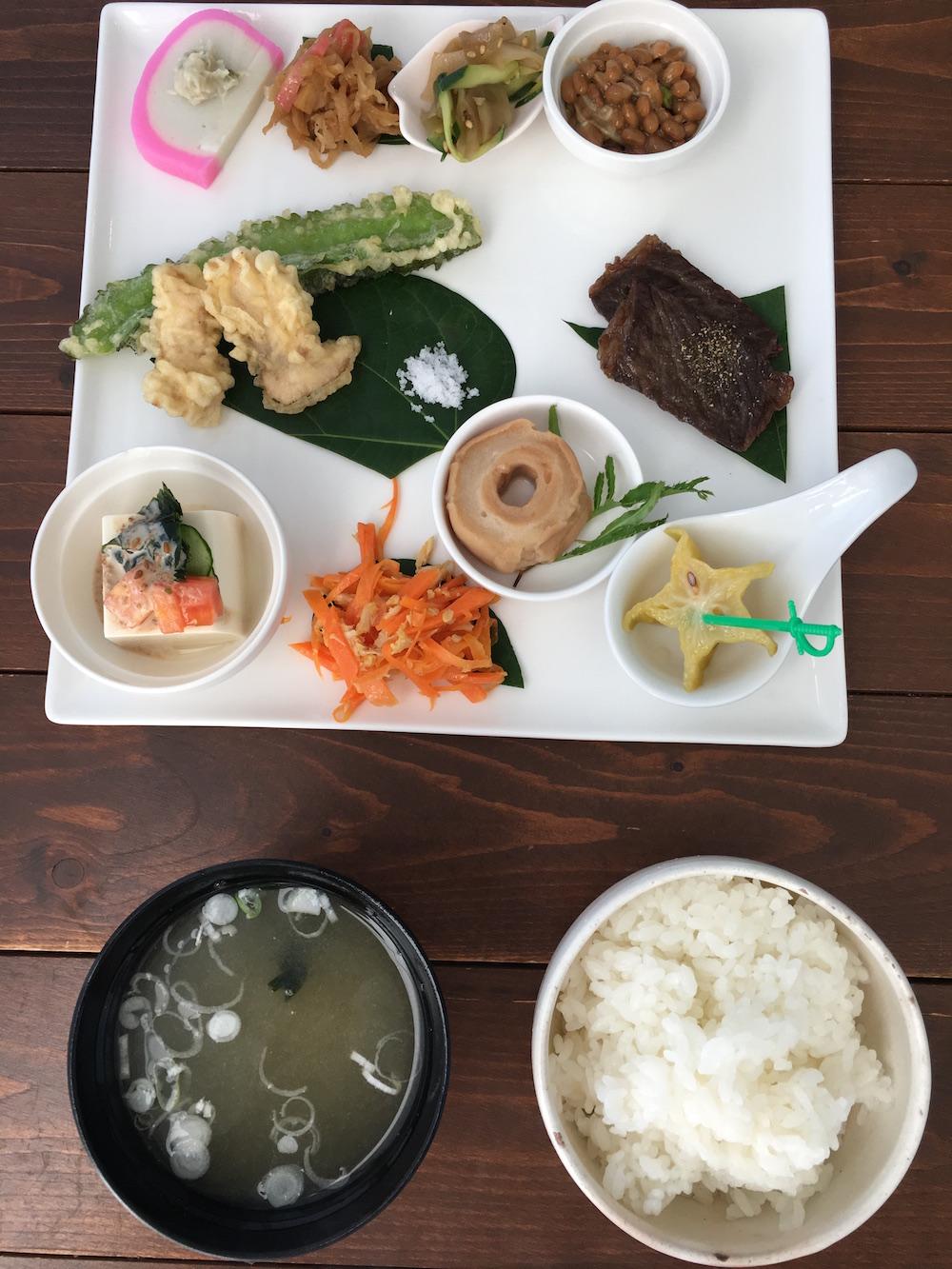 小笠原のホテルパットインの朝食1